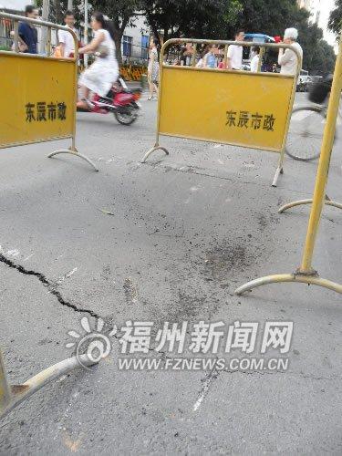 塌陷处满是汽车底盘刮擦后留下的刮痕高清图片