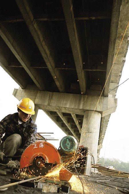南港大桥全封闭整修 桥墩加固动工