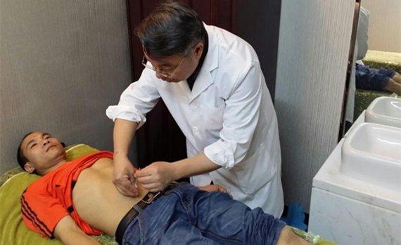 蒋远征老师在为患者施腹针