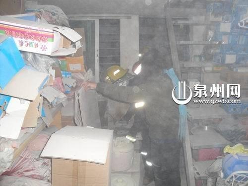 灶台起火火烧液化气 自救灭火干粉漫满天