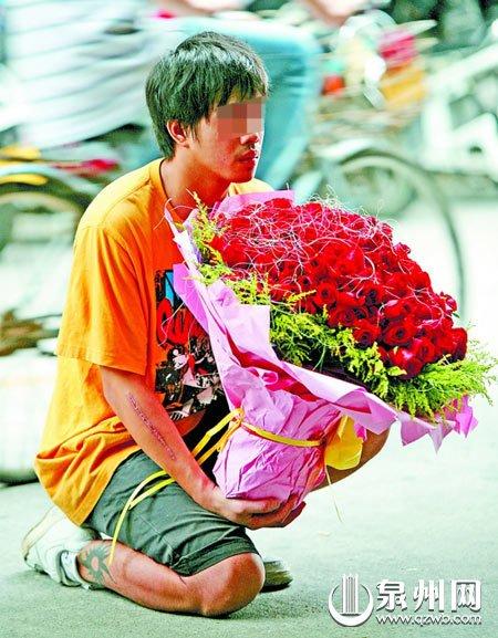 手捧99朵玫瑰 男子当街下跪求女友原谅(图)
