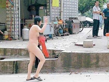 女子偷摘路边芒果被指责一怒脱光衣服