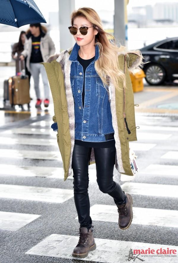 Wonder Girls瑜斌现身仁川机场,她身穿军绿色连帽派克大衣,内搭牛仔夹克,下配黑色皮裤,脚踩做旧马丁靴。