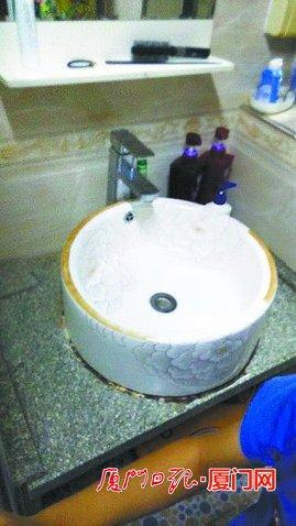 厦门一居民水龙头流出两条虫 疑与水箱清理有关