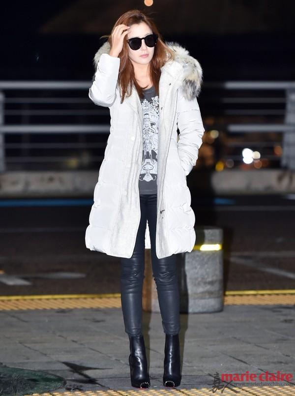 金喜善现身机场。她身穿白色羽绒毛领派克大衣,下配黑色皮裤,脚踩铆钉短靴。