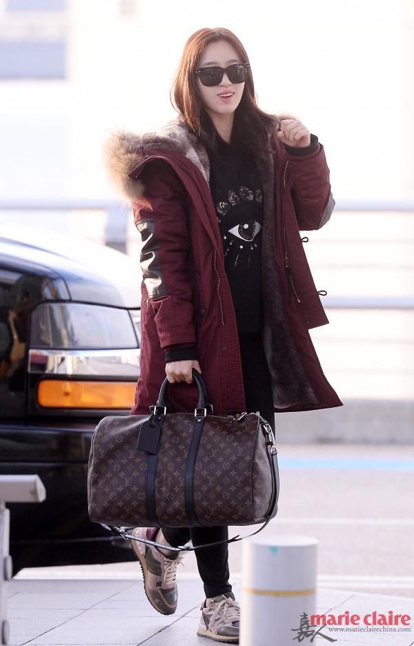 T-ara恩静赴泰拍影片。她佩戴方型墨镜,身穿酒红色毛领派克大衣,内搭Kenzo大眼睛卫衣,下配黑色铅笔裤,手拎LV老化旅行袋,脚踩Valentino迷彩波鞋。