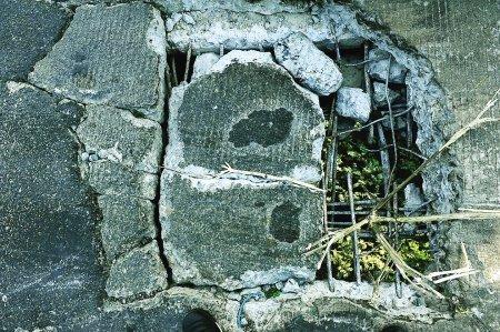福州南港大桥塌出大洞 透过洞口可看到桥底