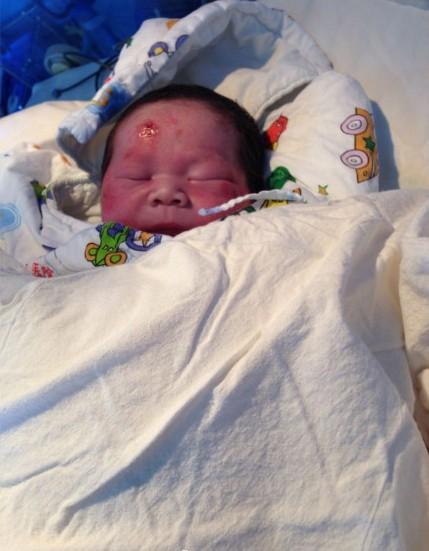 厦门海沧车祸:孕妇当场身亡足月男婴被撞出