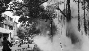 温泉水管爆裂喷出近3米高水柱 笼罩大量白雾