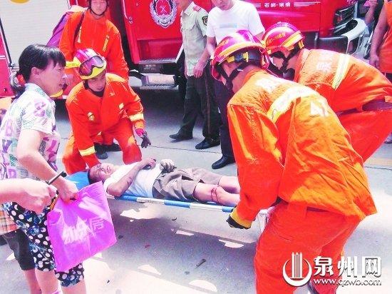 石狮5层民房外墙装修脚手架坍塌 6工人掉下来 高清图片
