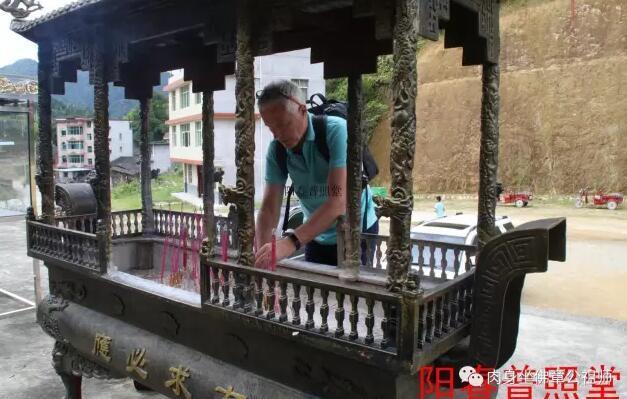 荷兰记者亲临采访:确信章公祖师神像是被偷走的