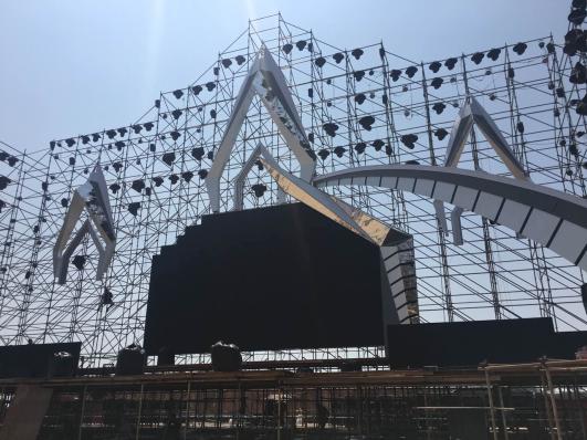 百威沙滩电波音乐节周六开唱 巨型城堡舞台首现观音山