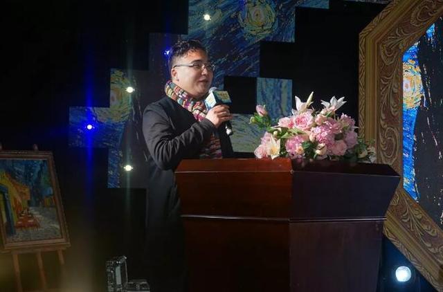 中国建筑学会室内设计分会副理事长、福建环境艺术协会会长、安润福装饰设计机构董事长彭晓先生上台致辞