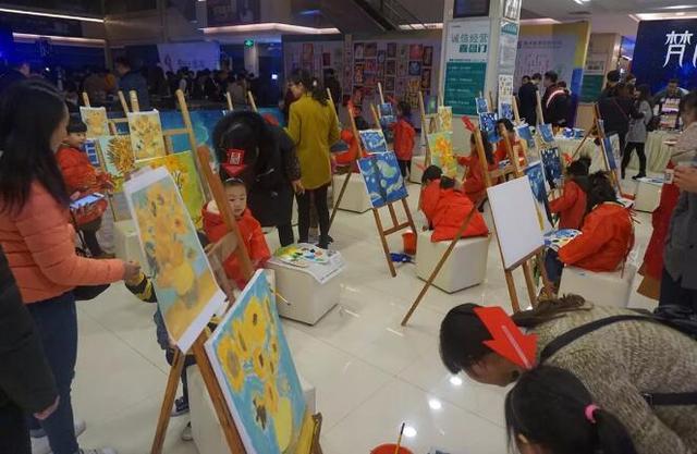 童画美术教育机构带领孩子们为我们展示他们独特的绘画天赋