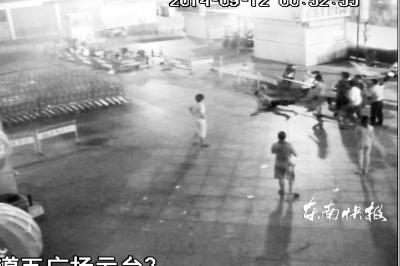 福州4名醉酒男子闹事暴力袭警 警察鸣枪制服