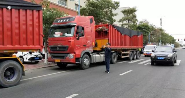 漳州两货车超载、违章 记8分且罚540元