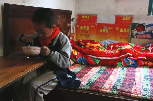 7岁男孩近视看不清黑板 蜗居简陋平房和奶奶相依为命