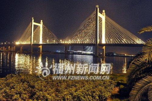 魁浦大桥全线亮灯迎客 宛如镶嵌琉璃光彩夺目