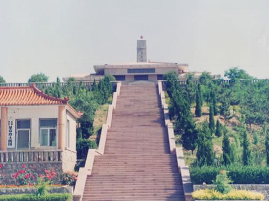 红军烈士陵园坐落在市内凤凰山周岁麓的小龙山上,整个陵园坐北朝南,前