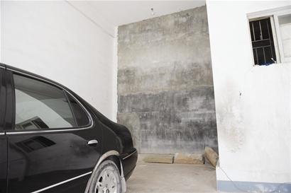 """小区消防通道遭""""腰斩"""" 被砌上墙当店面出租"""
