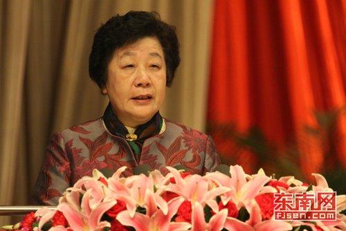 省政协主席梁绮萍向大会作工作报告(图)
