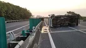 漳州高速上发生事故 一货车突然侧翻