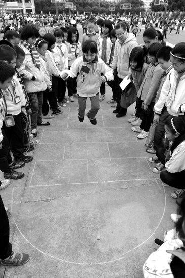 斗鸡滚铁环跳房子传统体育v铁环庆新年吴亦凡打篮球图片