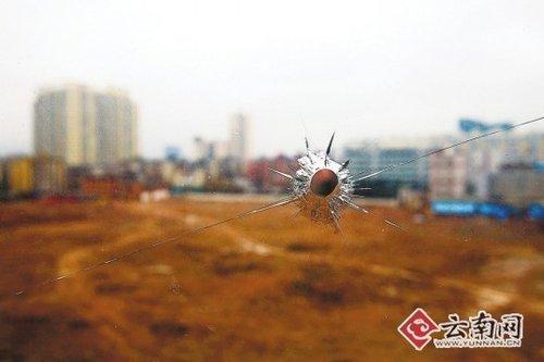 昆明钉子户遭挖壕沟成孤楼 窗玻璃留弹孔