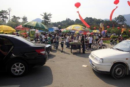 """榕新儿童公园刚开园 即被小摊贩扎堆""""围堵"""""""