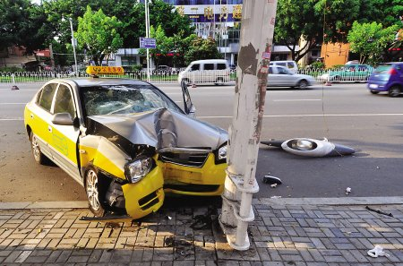 """""""跨栏女""""致的士撞路灯 3名乘客受伤"""