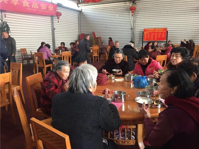 【网络媒体走转改】石狮郑厝村70岁以上老人每日三餐免费 有专车接送