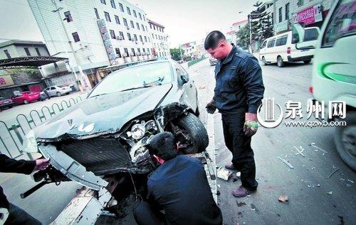 小车撞断护栏冲向对面来车 两车损毁无人伤亡