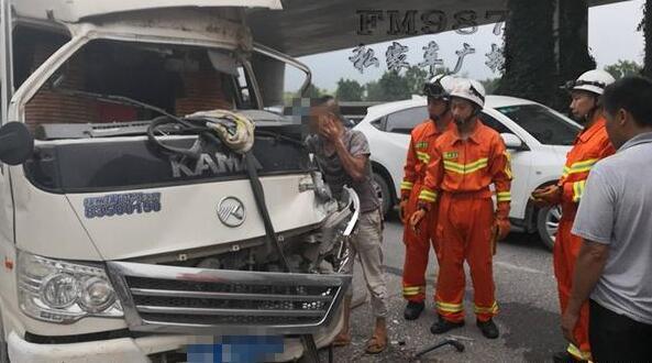 福州三环路口发生交通事故 驾驶员被困车内