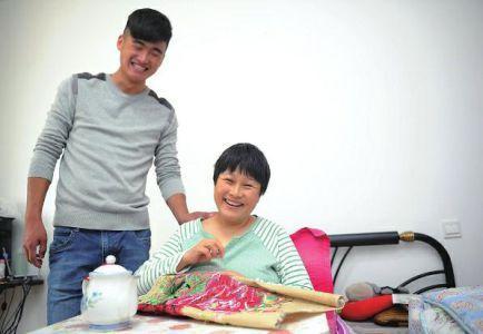 男生带瘫痪母亲上大学:一事无成也要做孝子