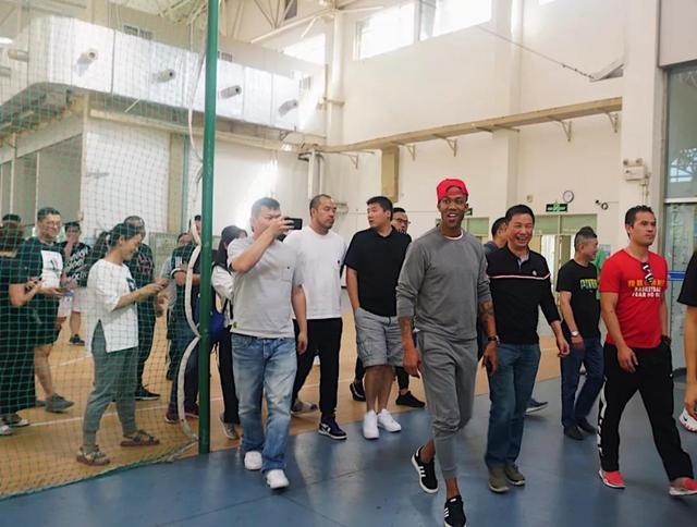 """马布里空降鹭岛 携手路桥体育打造""""生为强者""""马布里篮球训练营"""