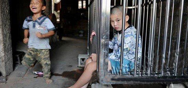 南安11岁癫痫智障男孩被关笼里 缺5万手术费