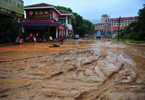莆田城区多处被淹 积水退后一片泥泞