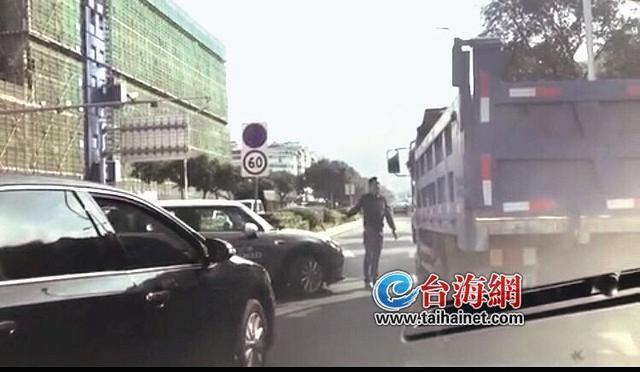 两司机开车斗气 堵塞道路无数人生气