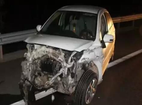 三明一男子驾车撞上高速护栏 回车中继续呼呼大睡