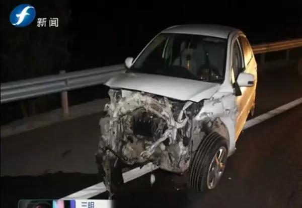 转载:三明一男子驾车撞上高速护栏车中继续呼呼大睡