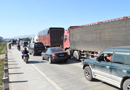 南港大桥管制首日堵3公里 众多大货车闯限行