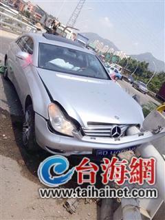 厦泉高速一婚车撞护栏遭穿透 新郎新娘双双受伤