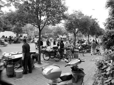 晋安区一人行道乱摆摊 每位每月要交300元