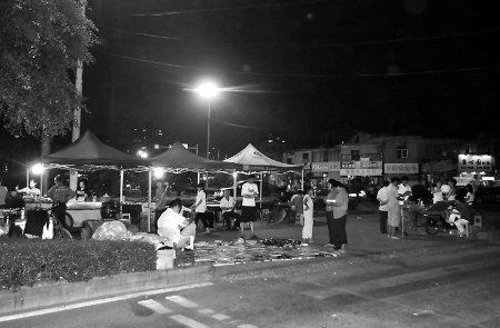 榕城一夜市占了人行道 行人被挤上机动车道