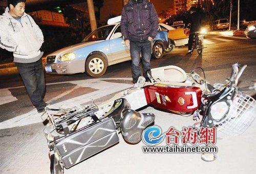 电动车逆行与出租车相撞 一名女子受伤入院