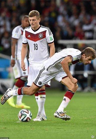 高清:多图抓拍德国5人任意球 穆勒尴尬摔跤