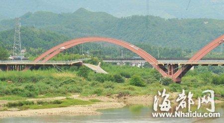 武夷山一座大桥垮塌 旅游大巴坠落河床