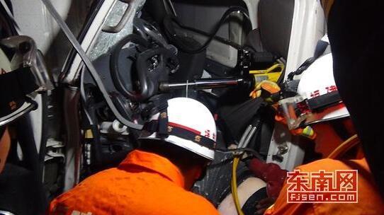 晋江两货车高速上追尾相撞 事故造成1死1重伤
