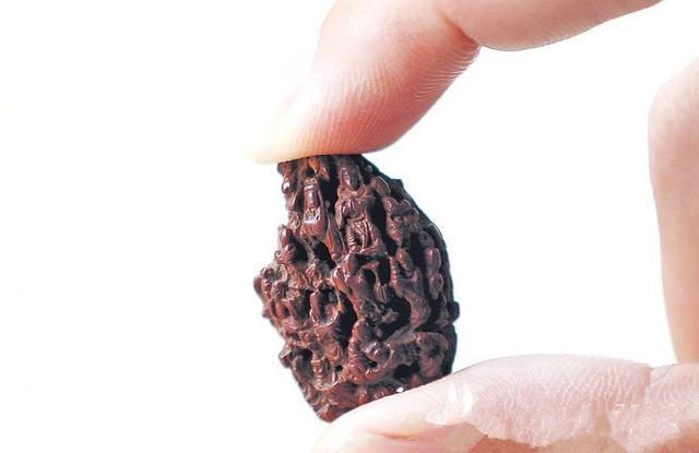 晋江现神奇雕刻 2.8厘米桃核雕31尊佛像