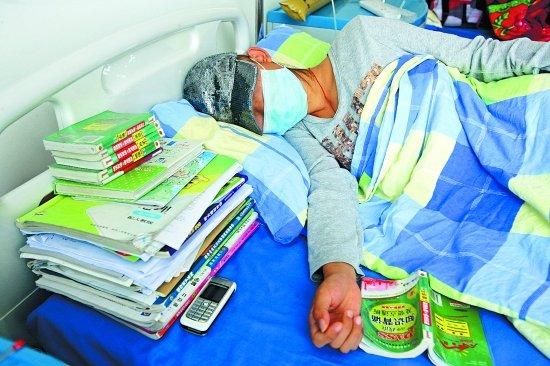被确诊白血病坚强女生病床上备战高考
